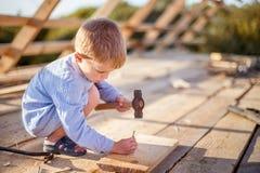 Weinig jongen op de bouw Royalty-vrije Stock Foto's