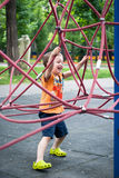 Weinig jongen op de speelplaats Stock Foto