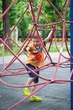 Weinig jongen op de speelplaats Stock Fotografie