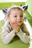 Weinig jongen op een bank. Royalty-vrije Stock Afbeelding