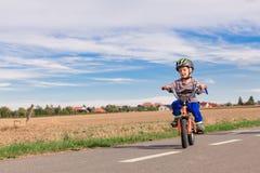 Weinig jongen op een fiets Stock Afbeelding