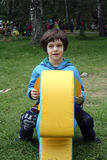 Weinig jongen op een stuk speelgoed paard Stock Foto's