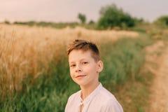 Weinig jongen op een tarwegebied Royalty-vrije Stock Fotografie
