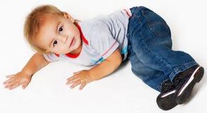 Weinig jongen op een vloer Royalty-vrije Stock Afbeelding