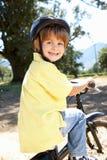 Weinig jongen op fiets in land Stock Afbeelding