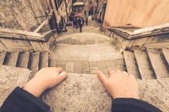 Weinig jongen op het balkon in Dubrovnik royalty-vrije stock fotografie