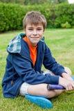 Weinig jongen op het gras Stock Foto's
