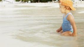 Weinig jongen op het oceaanstrand stock footage