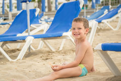 Weinig jongen op het strand Royalty-vrije Stock Foto's