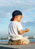 Weinig jongen op kade stock afbeeldingen