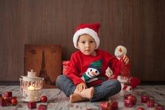 Weinig jongen op Kerstmis, het openen stelt voor Royalty-vrije Stock Foto