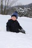 Weinig jongen op sneeuw Stock Foto's