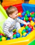 Weinig jongen op speelplaats Stock Afbeelding
