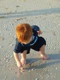 Weinig jongen op strand alleen 30 Stock Foto