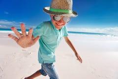 Weinig jongen op vakantie Stock Foto