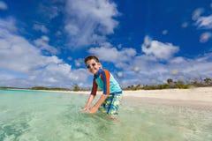 Weinig jongen op vakantie Stock Afbeeldingen