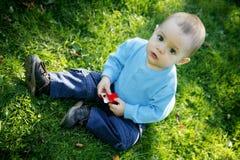 Weinig jongen in openlucht royalty-vrije stock fotografie