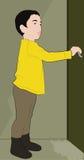 Weinig jongen opent de deur Stock Afbeelding