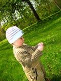 Weinig jongen in park Stock Afbeeldingen