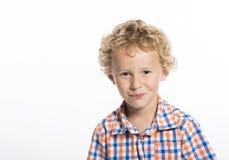 Weinig jongen in plaidoverhemd, die gelach tegenhouden stock afbeeldingen