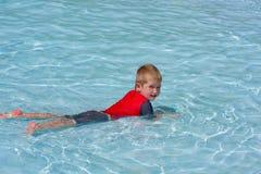 Weinig jongen in pool Stock Foto's