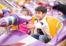 Weinig jongen in pretpark openlucht stock afbeelding