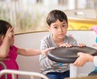 Weinig jongen in pretpark openlucht stock foto