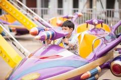 Weinig jongen in pretpark openlucht stock foto's