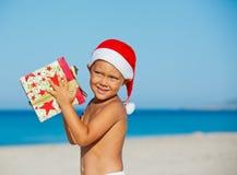 Weinig jongen in santahoed Stock Afbeelding