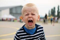 Weinig jongen schreeuwt Stock Foto