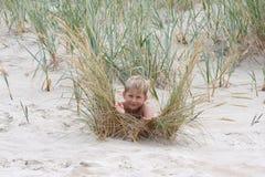 Weinig jongen in seagrass Stock Foto