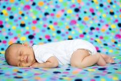 Weinig jongen, slaap en het glimlachen Stock Foto
