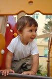 Weinig jongen in speelplaats Stock Afbeelding