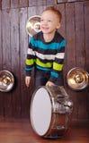 Weinig jongen speelt de trommel stock afbeeldingen