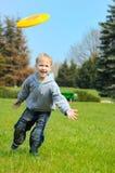Weinig jongen speelt Frisbee Stock Fotografie