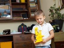 Weinig jongen speelt met een aannemer Royalty-vrije Stock Foto's