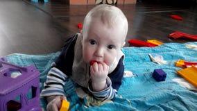 Weinig jongen speelt met speelgoed stock videobeelden