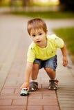 Weinig jongen speelt met stuk speelgoed auto Royalty-vrije Stock Foto