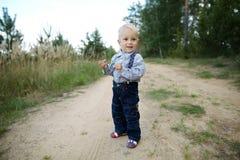 Weinig jongen speelt op de weg Stock Afbeeldingen