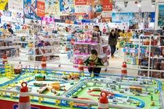 Weinig jongen in stuk speelgoed opslag Stock Afbeeldingen