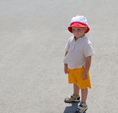 Weinig jongen in sunhat op het strand Royalty-vrije Stock Afbeelding