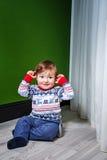 Weinig jongen in sweater Stock Afbeelding
