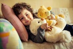Weinig jongen thuis Stock Foto