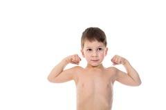 Weinig jongen toont zijn bicepsenspieren Stock Fotografie