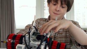 Weinig jongen toont zijn duim met stuk speelgoed voertuig stock video