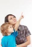 Weinig jongen toont zijn hand tot zijn moeder royalty-vrije stock foto's