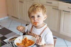 Weinig jongen twee jaar oude het eten deegwaren Royalty-vrije Stock Fotografie