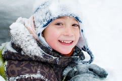 Weinig jongen uit in de sneeuw Stock Afbeelding