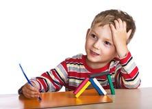 Weinig jongen vormt speelgoed van plasticine Stock Afbeeldingen