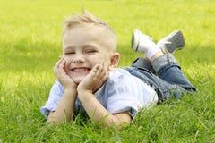 Weinig jongen in weide het glimlachen royalty-vrije stock afbeelding